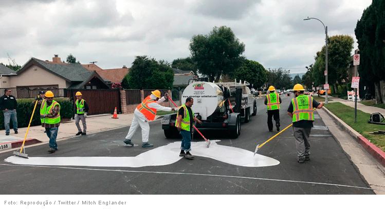 los-angeles-pinta-ruas-de-branco-homens-trabalhando02