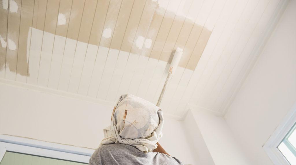 pintando-com-rolo-de-pintura-1024x573